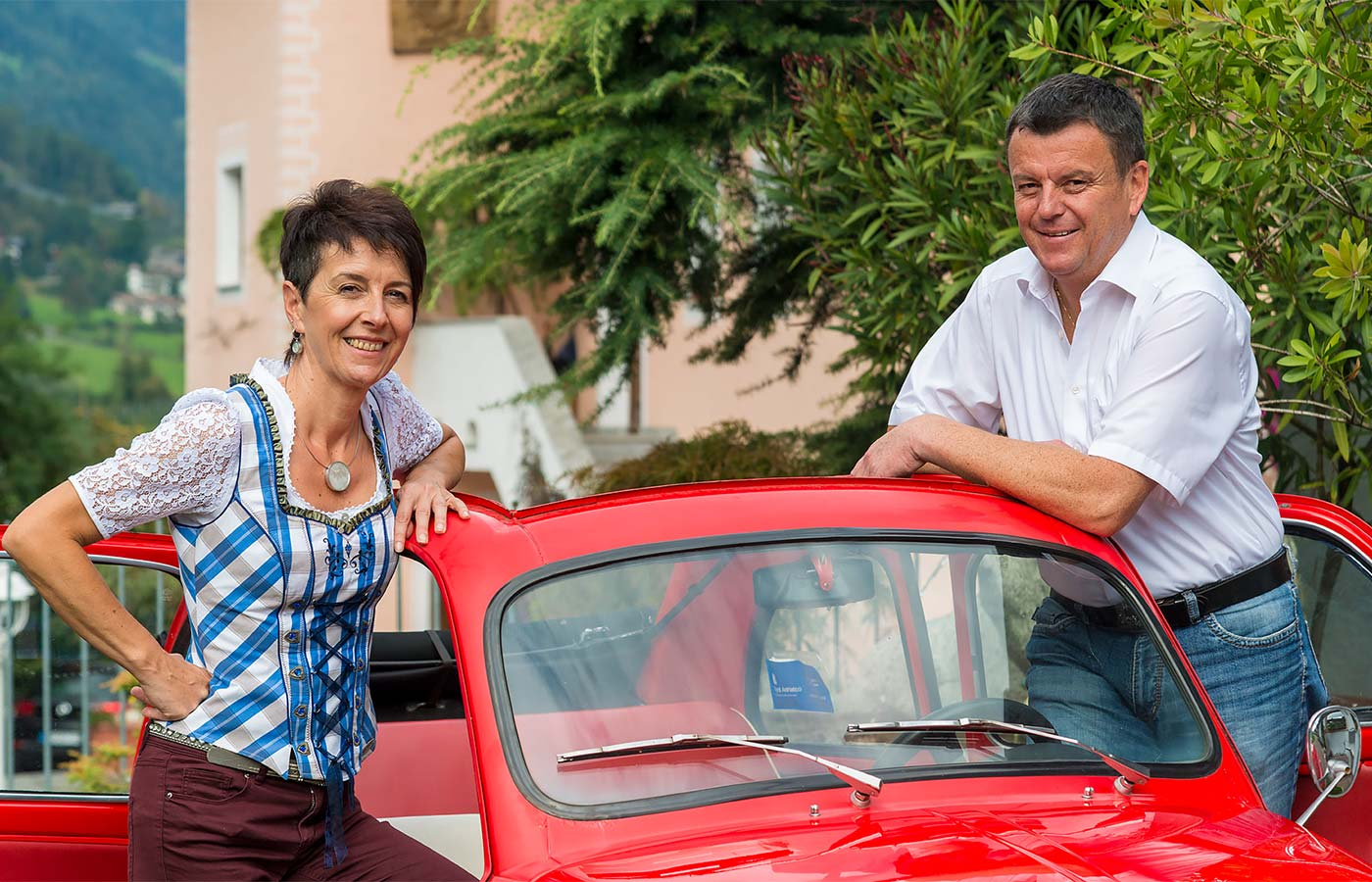 Couple pleased in front of fiat 500