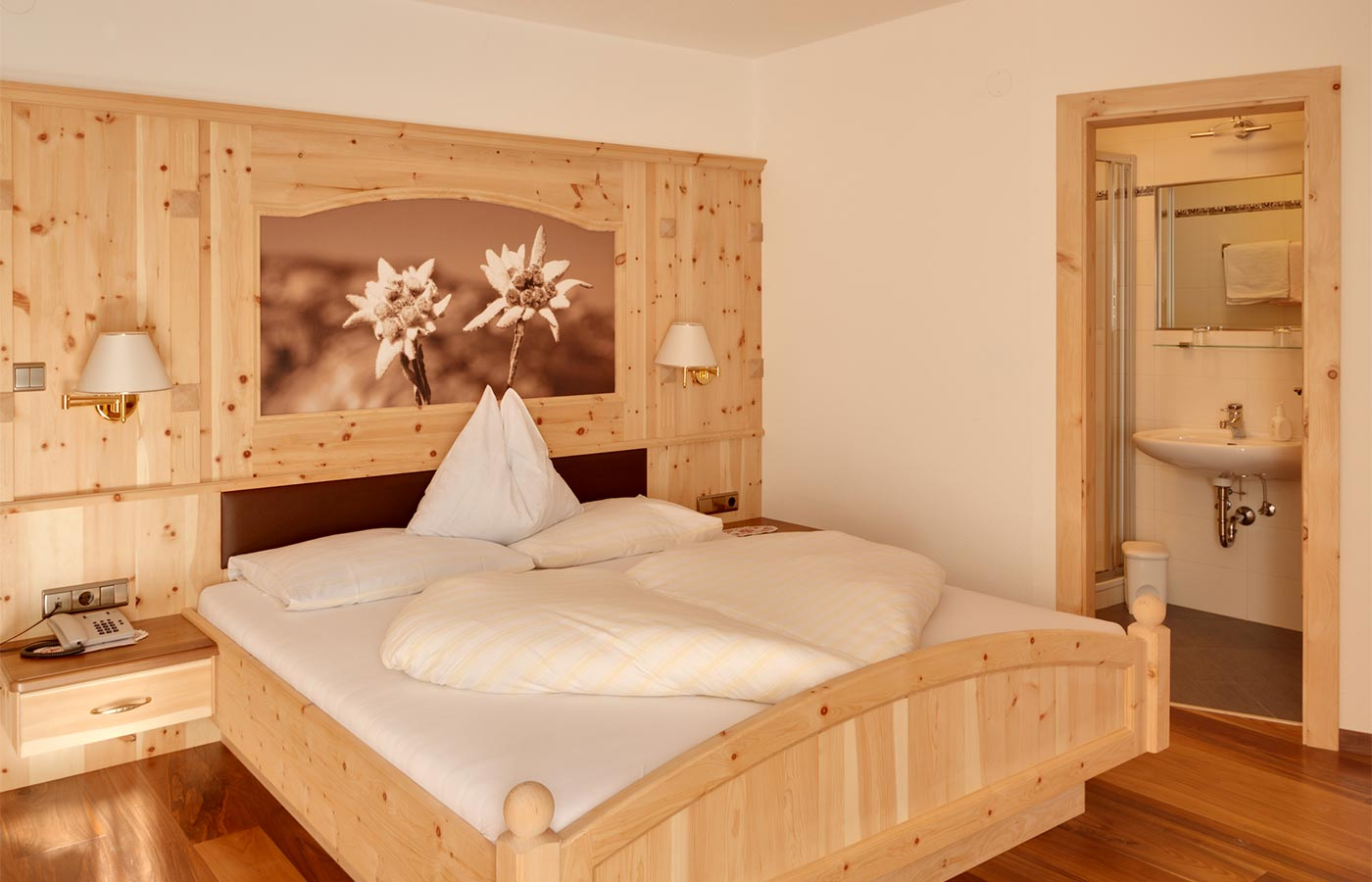 Single room for 1 guest with wooden furniture in our 3-star hotel in South Tyrol