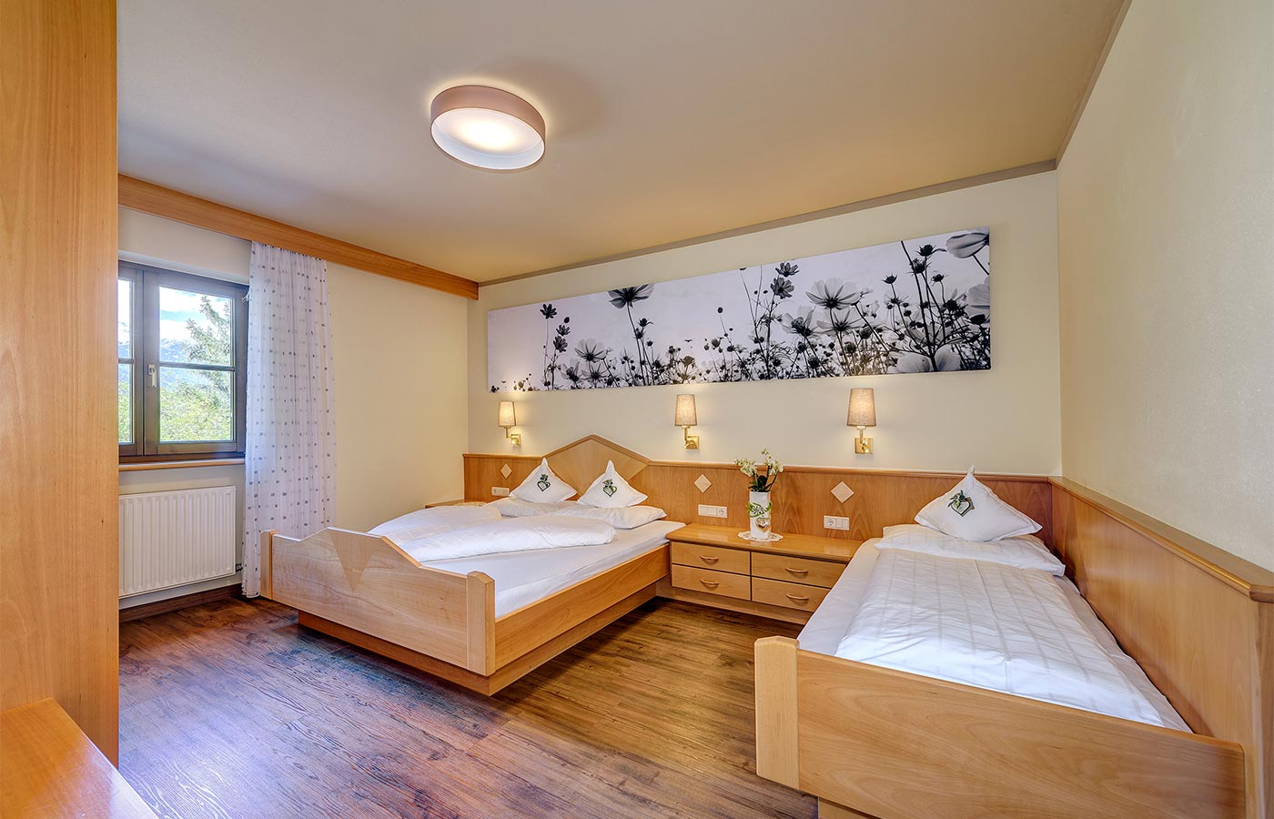 Double room for 2 guests furnished in wood